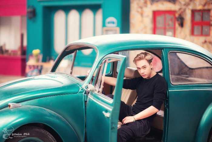 Hot boy điển trai này là Bùi Duy Anh, hiện đang là diễn viên, biên kịch hoạt động tại Nhóm diễn viên (Group Cast) Sài Gòn. Duy Anh còn làm biên đạo và làm quản lí của vũ đoàn Hoà Bình với hơn 70 thành viên.