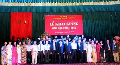 Lãnh đạo Bộ Nội vụ và Đại học Nội vụ Hà Nội cùng các giảng viên của trường chụp hình lưu niệm trong ngày khai giảng năm học mới