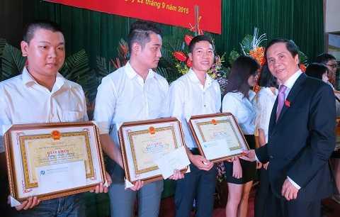 PGS.TS Triệu Văn Cường, Thứ trưởng Bộ Nội vụ, Hiệu trưởng ĐH Nội vụ Hà Nội trao giấy khen cho các sinh viên xuất sắc