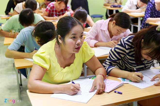 Dạy tiểu học trên 10 năm, từng tham gia một số khoá tập huấn viết chữ đẹp ở địa phương, chị Nguyễn Thị Thuý Hằng (tỉnh Yên Bái) xuống Hà Nội tham gia khoá học viết chữ đẹp của thầy Nguyễn Đương Ánh.