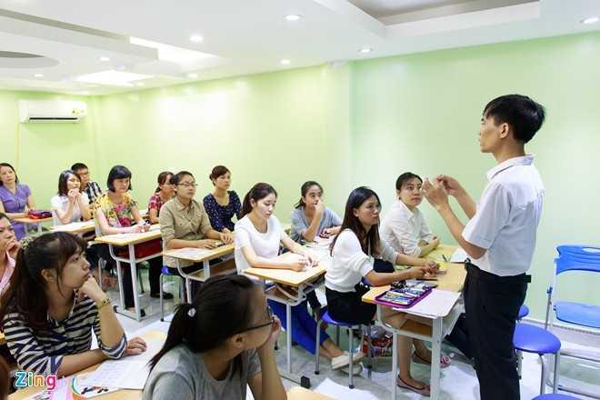 Khoá học này gồm 20 học viên, chủ yếu là giáo viên tiểu học, sinh viên ngành sư phạm. Ngoài ra, số ít còn lại là giáo viên các trung tâm luyện chữ đẹp khác muốn trau dồi kiến thức hoặc những người muốn cải thiện chữ viết.