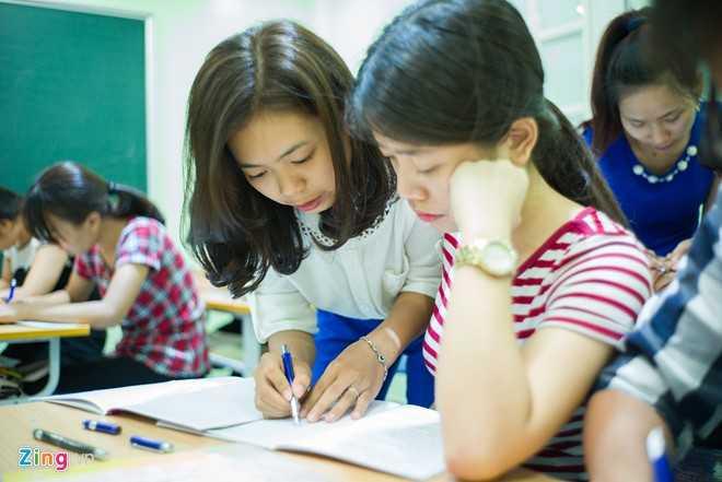 Từng là học viên cũ của thầy Ánh từ khi còn là sinh viên, nay đã trở thành giáo viên tiểu học, chị Lý Hồng Ngát (áo trắng) chia sẻ: