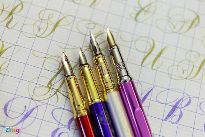 Mỗi kiểu chữ lại có những loại bút với cấu tạo phù hợp. Ví dụ với ngòi bút, ngoài ngòi mài ra còn có các loại ngòi khác như vuông, nhọn, đều, cong.