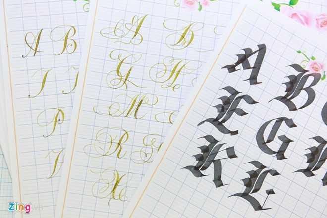 Thời gian ba ngày của khoá học chỉ đủ để học viên tìm hiểu một cách tổng quan về nghệ thuật viết chữ đẹp. Do đó, các mẫu chữ của thầy Ánh sẽ được photo để làm mẫu cho học viên tiếp tục thực hành sau khoá học.