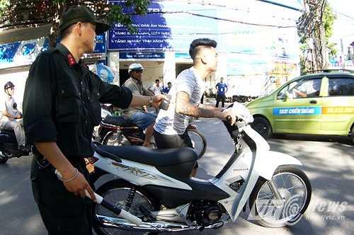 Nhiều thanh niên đầu trần, xăm trổ điều khiển xe máy.