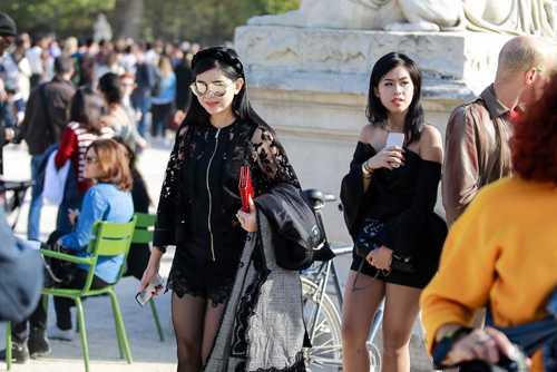 Hai mẹ con mặc cây đen đến tham dự show diễn của Elie Saab thuộc khuôn khổ Tuần lễ Thời trang Paris xuân hè 2016