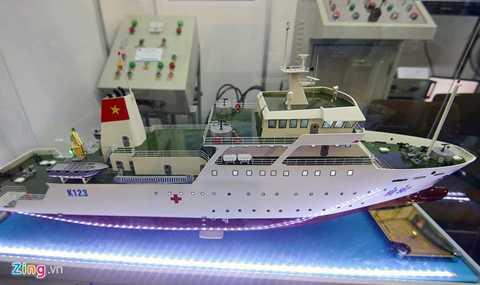 Các thiết bị mô hình thay thế cho những sản phẩm có kích thước lớn đưa ra triển lãm thu hút khách hàng không kém đồ thật tại hội chợ. Trong ảnh là một trong những sản phẩm được người Việt Nam sản xuất: mô hình tàu quân y K123 (HQ 561), là một bệnh viện trên biển, chuyên phục vụ khám chữa bệnh cho quân dân quần đảo Trường Sa. Sản phẩm do Viện Khoa học công nghệ tàu thủy đóng mới.