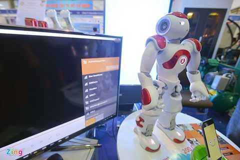 Robot có tên Rogo là sản phẩm tiêu biểu tại hội chợ của người Việt. Rogo có thể biến chiếc smartphone thành trợ lý gia đình, với chức năng chat video với người thân từ xa. Người dùng có thể chụp ảnh tự động bằng lệnh để quan sát nhà cửa khi không có nhà.