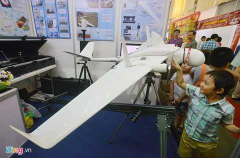 Máy bay không người lái Pelican VB-01 do Viện Vật lý ứng dụng và thiết bị khoa học chế tạo, trần bay 3,5 km, bán kính bay 50 km trong thời gian 90 phút. Thiết bị được chế tạo bằng sợi carbon, nhẹ, cứng, có giá trị khoảng 100.000 USD.