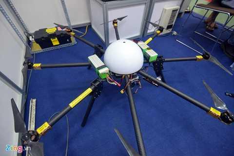 Một chiếc máy bay không người lái của Viện cơ khí động lực (Đại học Bách khoa Hà Nội) có thể mang vật nặng 5 kg, trần bay 500 m, có thể lắp ảnh DSLR, GoPro để quan sát, chụp ảnh và làm công tác trinh sát quốc phòng.