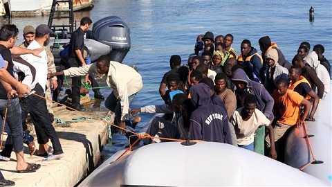 Lực lượng cứu hộ Libya giải cứu những người tỵ nạn ở một căn cứ hải quân gần thủ đô Tripoli của Libya