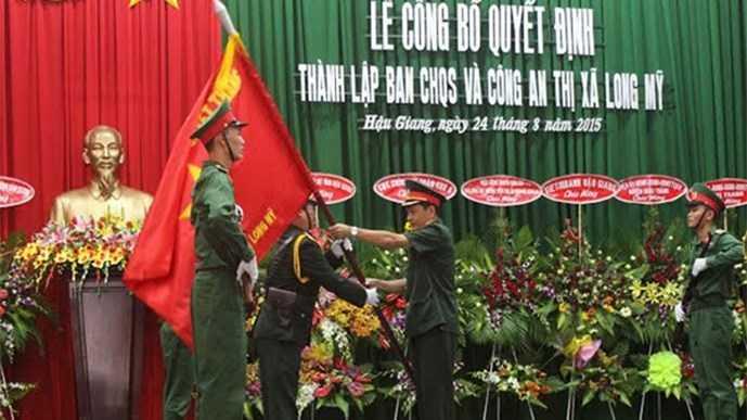 Thiếu tướng Phạm Minh Thắng (phải) trong một sự kiện