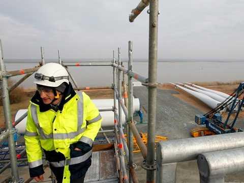 Một nhân viên kỹ thuật đang kiểm tra cơ sở tuabin gió ngoài khơi Alstom