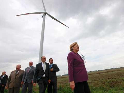 Thủ tướng Đức Angela Merkel và các quan chức đi thăm cánh đồng tuabin gió