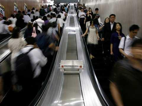 Hành khách trên thang cuốn tại một ga điện ngầm ở Tokyo