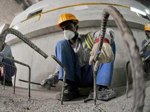 Người lao động làm việc tại một ga ngầm ở Metro Dubai