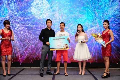 Khách hàng nhận giải đặc biệt Thẻ Master Card hạng First Class Banking