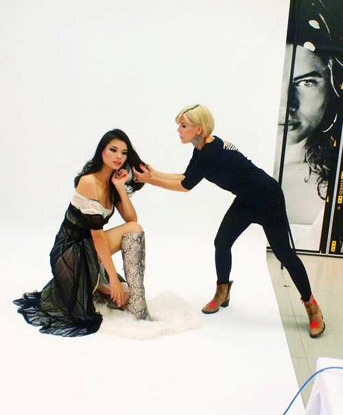 Ines Ligron (phải) đang stylist cho á hậu Hoàn vũ Thế giới 2006 Kurara Chibana trong một shot ảnh thời trang