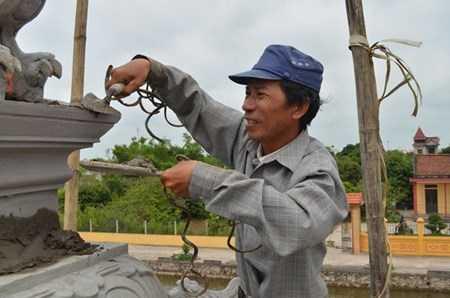 Ngoài công việc tô vẽ, ông Huyền còn đảm nhận công việc của một thợ xây