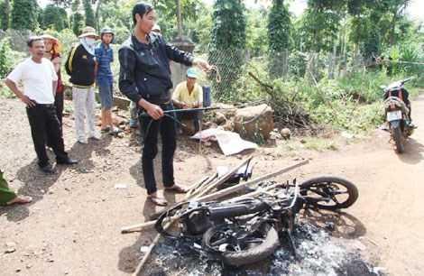 Hiện trường nơi người dân đốt cháy chiếc xe máy trong đêm