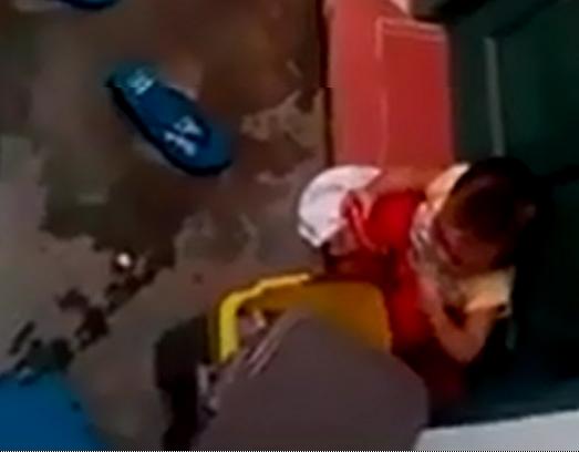 Trẻ nhặt rác ăn tại trường mầm non Xuân Mai