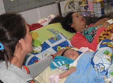 Hai mẹ con chị Ly lúc còn điều trị tại bệnh viện