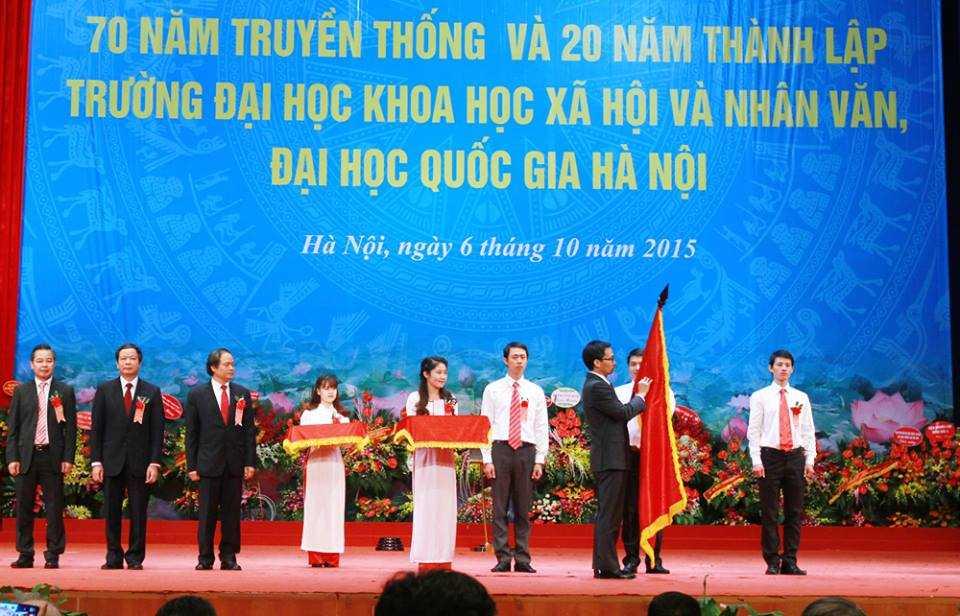 Thay mặt lãnh đạo Đảng, Nhà nước, Phó Thủ tướng Vũ Đức Đam trao Huân chương Lao động hạng Nhất cho Đại học KHXH&NV