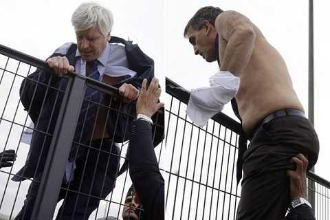 Hai lãnh đạo Air France phải trèo rào để trốn đám đông biểu tình quá khích