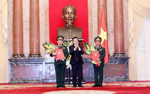 Chủ tịch nước Trương Tấn Sang trao Quyết định thăng quân hàm từ Thượng tướng lên Đại tướng cho đồng chí Ngô Xuân Lịch và đồng chí Đỗ Bá Tỵ - Ảnh: Hồng Pha