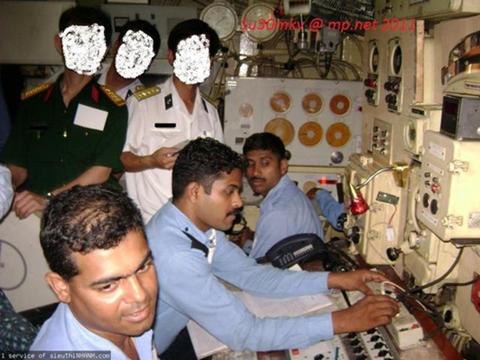 Bức ảnh được trang mạng Trung Quốc cho là các sĩ quan hải quân Việt Nam đang tập huấn tại một căn cứ tàu ngầm của hải quân Ấn Độ