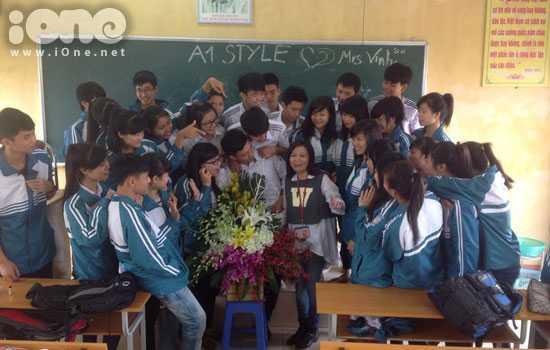 Cô Vinh được các bạn học sinh tổ chức sinh nhật ngay tại lớp. (Ảnh: NVCC)