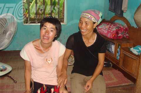 Bà Xuân thay mẹ chăm sóc em Điệp