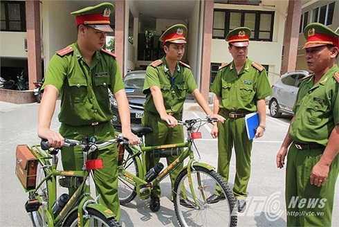 Cảnh sát đi tuần bằng xe đạp ở Hà Nội