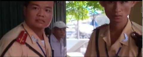 2 chiến sỹ CSGT xuất hiện trong clip