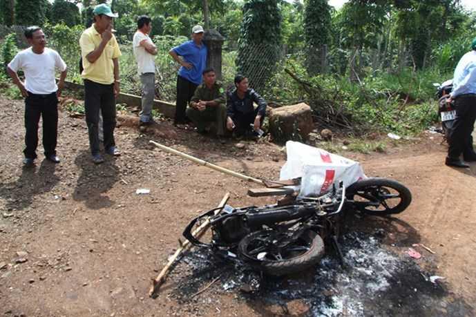 Chiếc xe máy bị đốt cháy trơ khung sắt