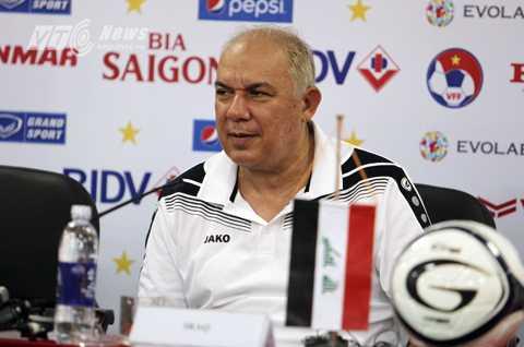 HLV Yahya Alwan Manhal của tuyển Iraq dự buổi họp báo trước trận gặp Việt Nam (Ảnh: Hà Thành)