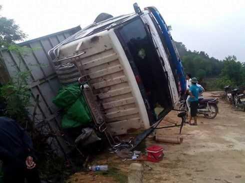 Xe tải chở lợn bị lật