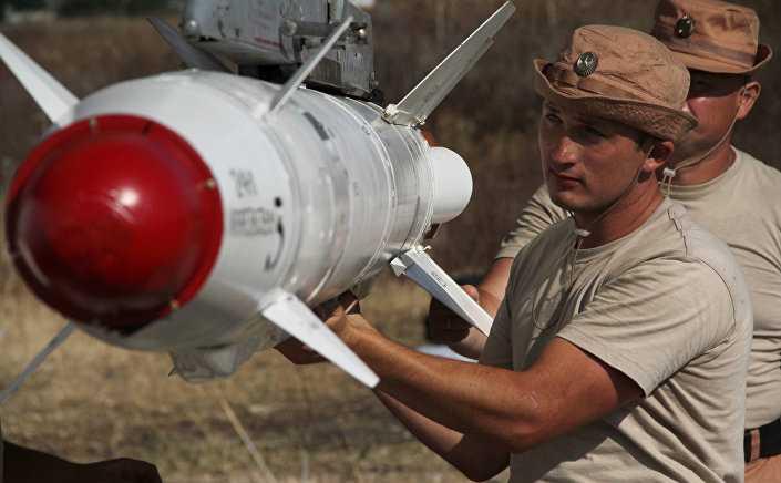 Binh sỹ chuẩn bị tên lửa Kh-25ML
