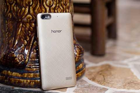 Hai trang bị đáng chú ý khác trên Honor 4C là camera trước và sau có độ phân giải cao, lần lượt 5 megapixel và 13 megapixel. Trong khi đó, màn hình đạt kích thước 5 inch và có độ phân giải HD.