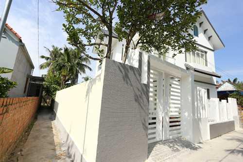 Ngôi nhà của hoa hậu nằm trong con ngõ nhỏ   của xóm 7 làng Tuy Lạc, xã Thủy Triều, huyện Thủy Nguyên (Hải Phòng),   cách trung tâm thành phố hơn 10km