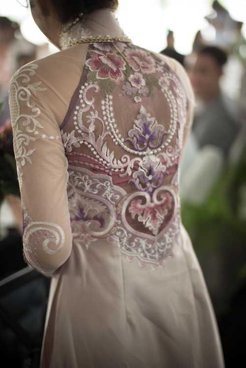 Phần lưng sexy của chiếc áo dài tôn nét hấp dẫn cho nữ diễn viên
