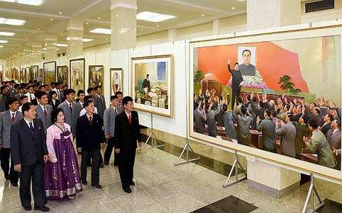 Khách tham dự triển lãm nghệ thuật nhân kỷ niệm 70 năm ngày thành lập đảng Lao động Triều Tiên