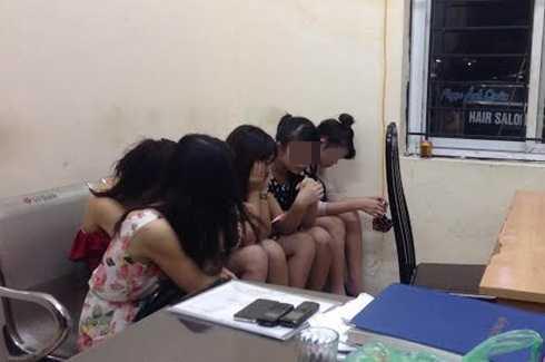 Thông thường, các chân dài được quái xế chở đến phục vụ tại các quán karaoke (Ảnh: MC)