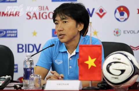 HLV Miura trong cuộc họp báo trước trận đấu với Iraq (Ảnh: Hà Thành)