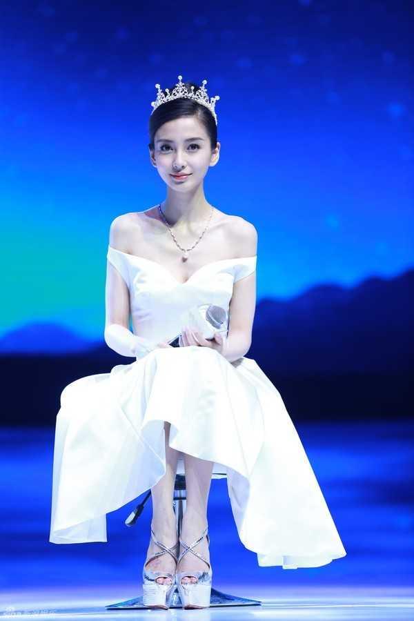 Huỳnh Hiểu Minh mượn vương miện cho Angela Baby trong ngày cưới.