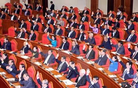 Các đại biểu biểu quyết thông qua chương trình kỳ họp - Ảnh: TTXVN