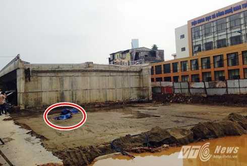 Sáng nay (8/10), người dân phát hiện thi thể một người đàn ông nằm cạnh chiếc xe máy trong công trường thi công cầu vượt qua nút giao vòng xoay Cầu Giấy - Láng (thuộc đường vành đai 2).