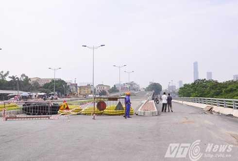 Đường dẫn lên đoạn cầu đang thi công dở. Phía đường bên phải dẫn xuống vòng xoay Cầu Giấy đi về Láng hoặc Xuân Thủy.