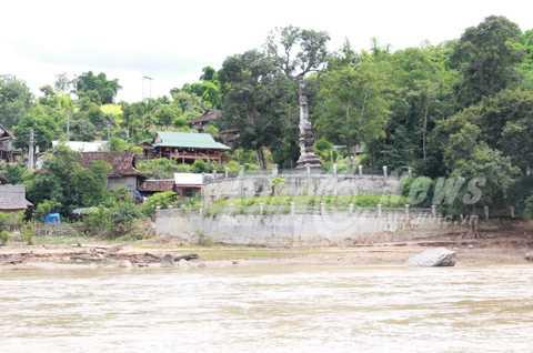 Tháp cổ của người Lào bên bờ sông Mã