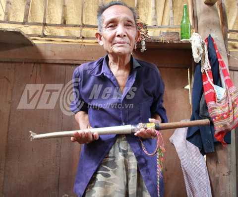 Thầy cúng Lò Văn Pỉn và thanh kiếm ma ám trong tay
